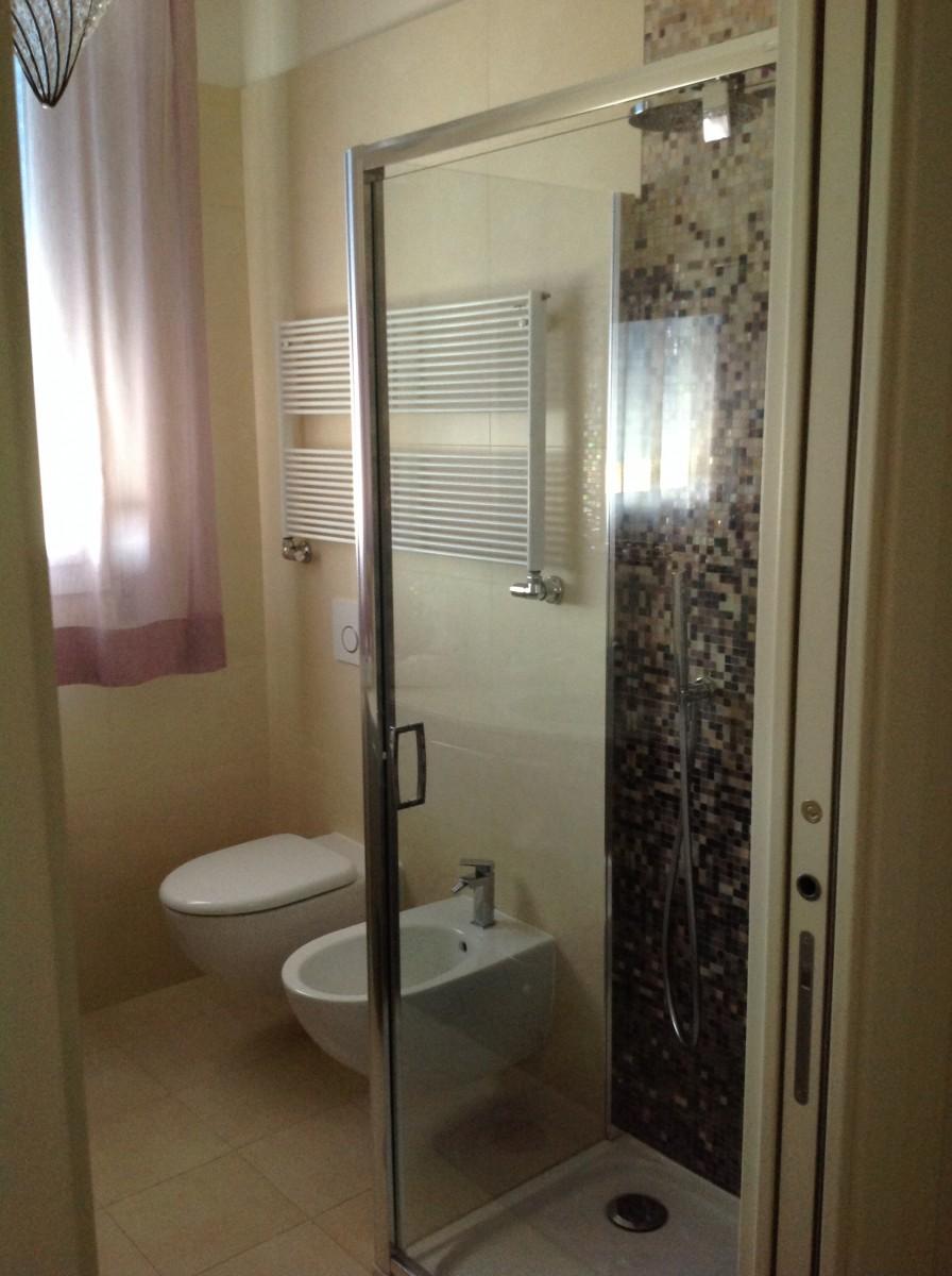 White and wood ristrutturazione e arredamento - Arredo bagno mosaico ...