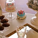 particolare tavolo dei colcetticon alzatine e specchi