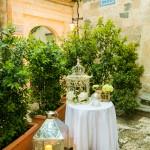 Tavolino frontechiesa decorato con gabbiette e lanterne