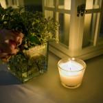 Dettaglio lanterne e vasetticon peonie